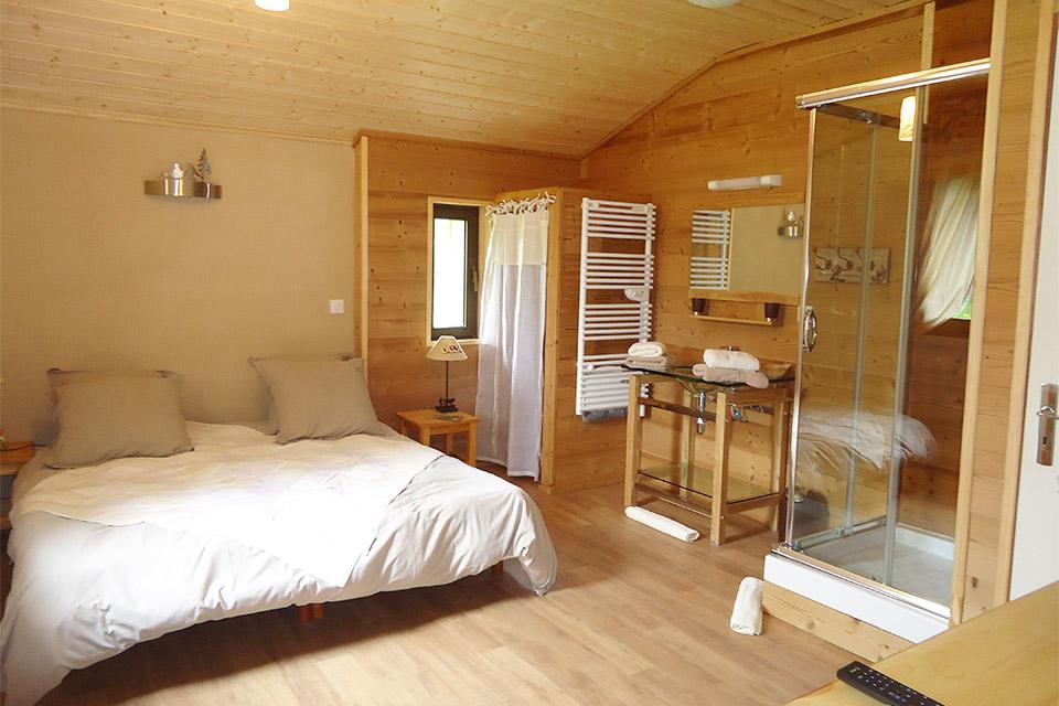 Village_club_vacances_alpes-de-haute-provence_domaine-de-l-Adoux_hebergement-lit-chambre