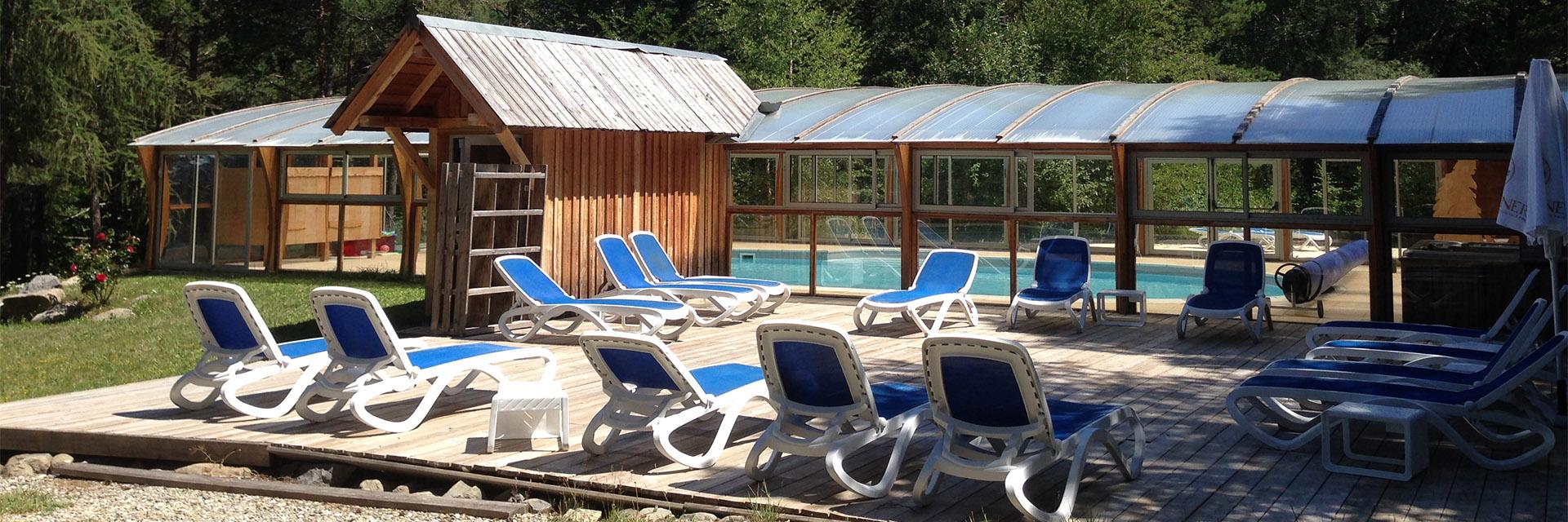 Village_club_vacances_alpes-de-haute-provence_domaine-de-l-Adoux_piscine-et-terrasse-face-à-la-montagne