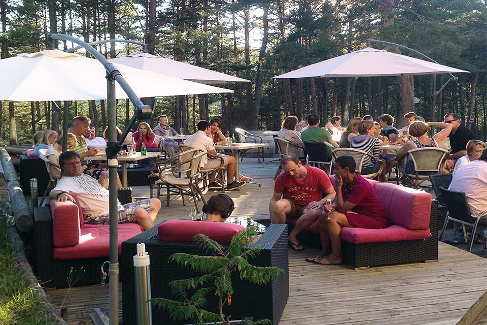 Village_club_vacances_alpes-de-haute-provence_domaine-de-l-Adoux_terasse-restaurant