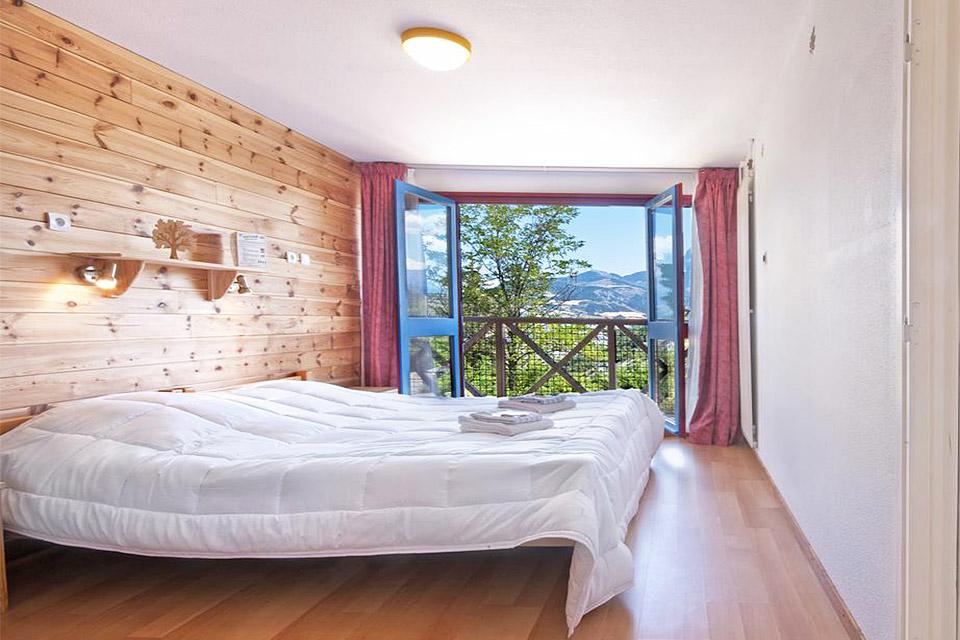 Village_club_vacances_alpes-de-haute-provence_rechastel_hebergement-lit-chambre-balcon