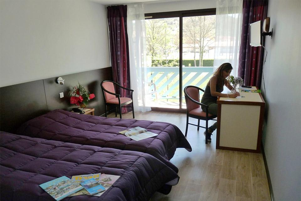 Village_club_vacances_aveyron-cantal-et-ardèche-domaine-de-roc-nantais-chambre-rocnantais-renovee