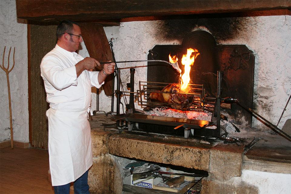 Village_club_vacances_aveyron-cantal-et-ardèche-domaine-de-roc-nantais-restauration-jambon-broche