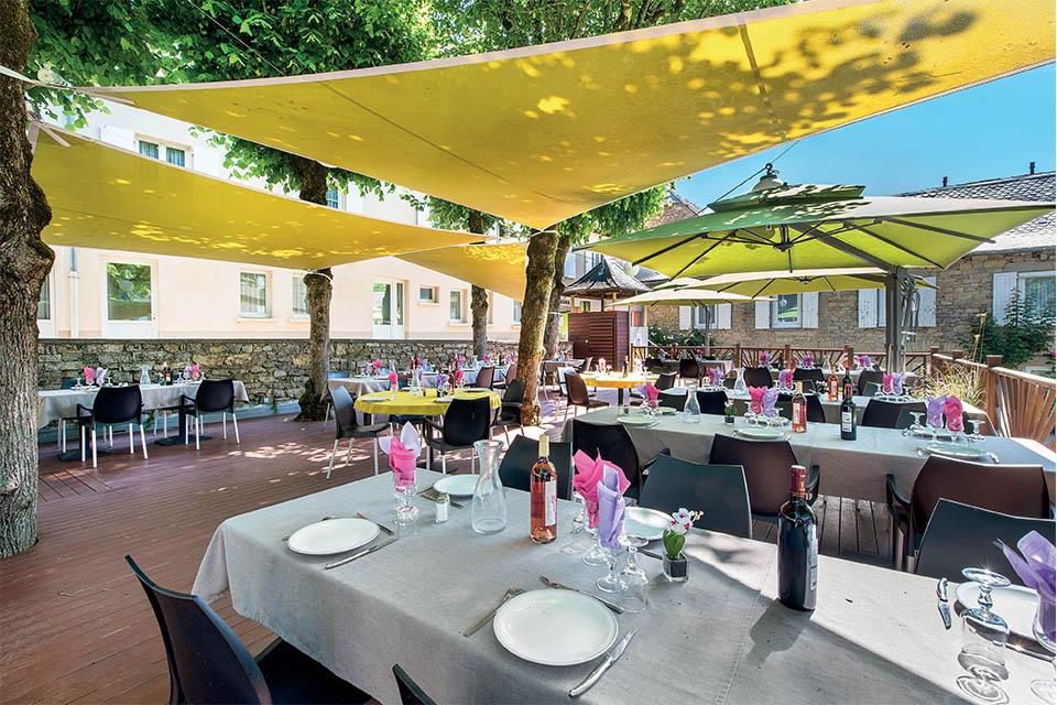 Village_club_vacances_aveyron-cantal-et-ardèche-oustal-pont-les-bains-terrasse-restauration