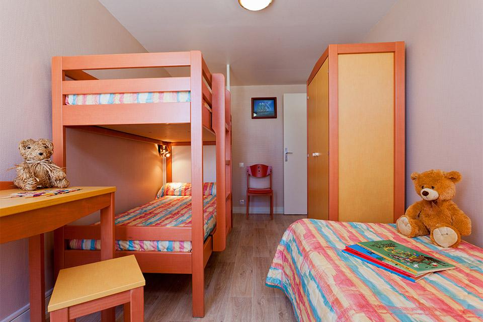 Village_club_vacances_bretagne-sud-la-pierre-bleue-chambre-enfants