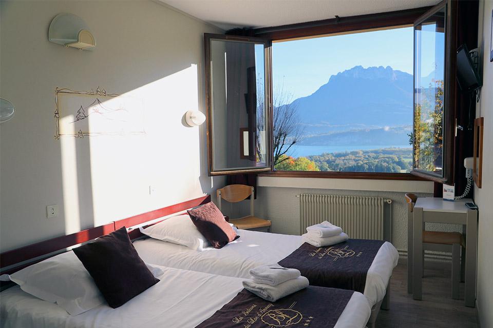 Village_club_vacances_haute-savoie_balcons-du-lac-d-annecy-chambre-vue-montagne