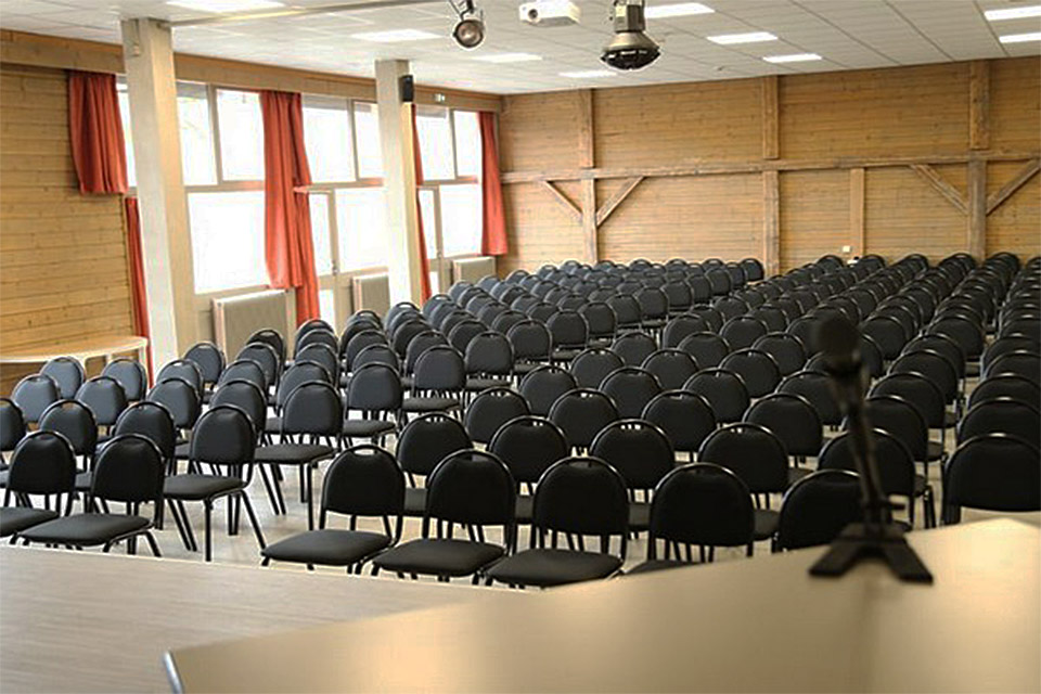 Village_club_vacances_haute-savoie_balcons-du-lac-d-annecy-salle-de-conference
