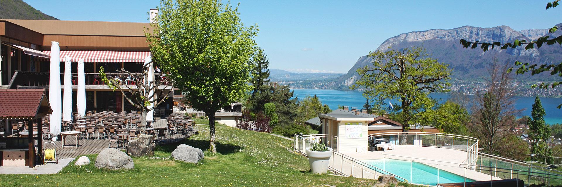 Village_club_vacances_haute-savoie_balcons-du-lac-d-annecy-village-piscine-vue
