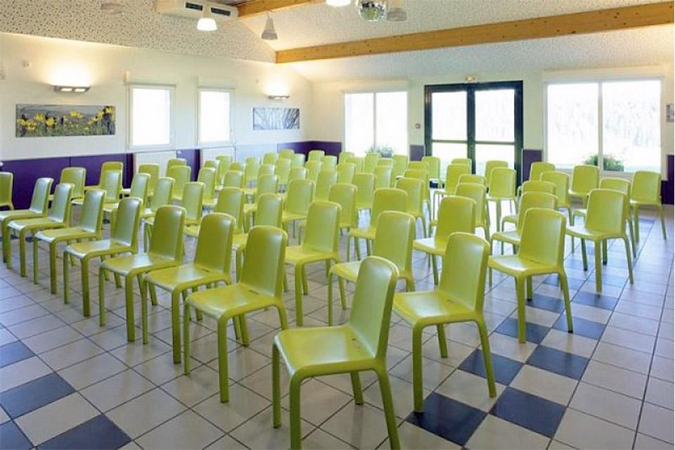 Village_club_vacances_jura-le-duchet-salle-de-reunion