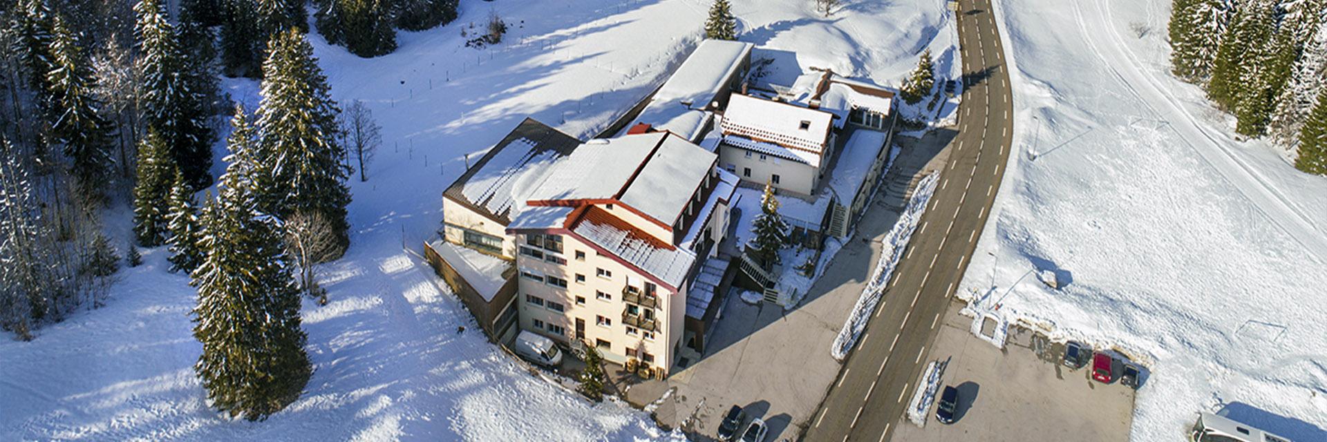 Village_club_vacances_jure-neige-et-plein-air-vue-village-hiver