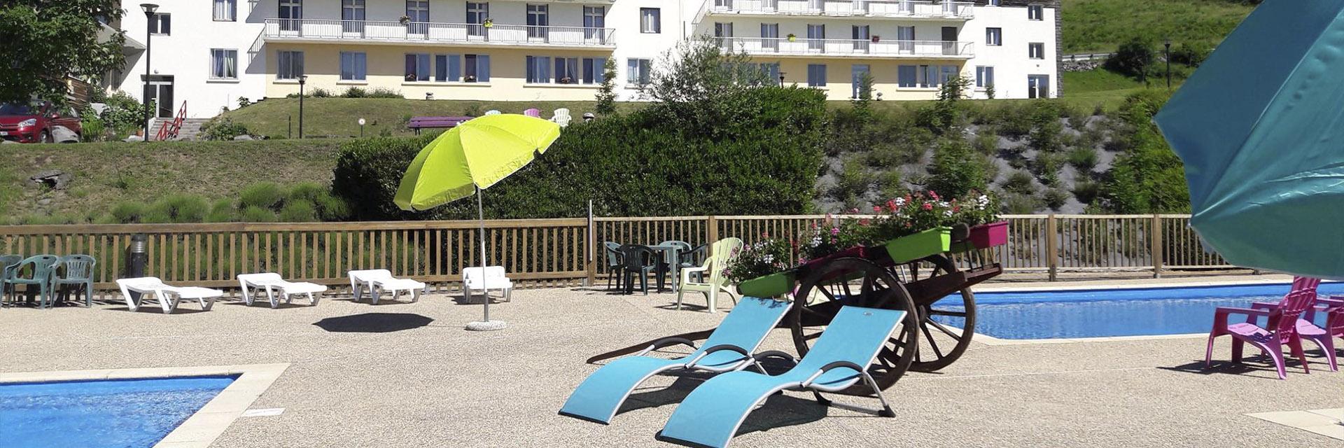 village-vacance-fleurs-d-aubrac-piscine-residence