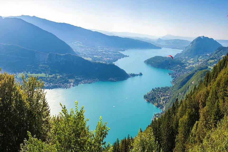 village-vacances-les-balcons-du-lac-annecy-vue-montagne-riviere