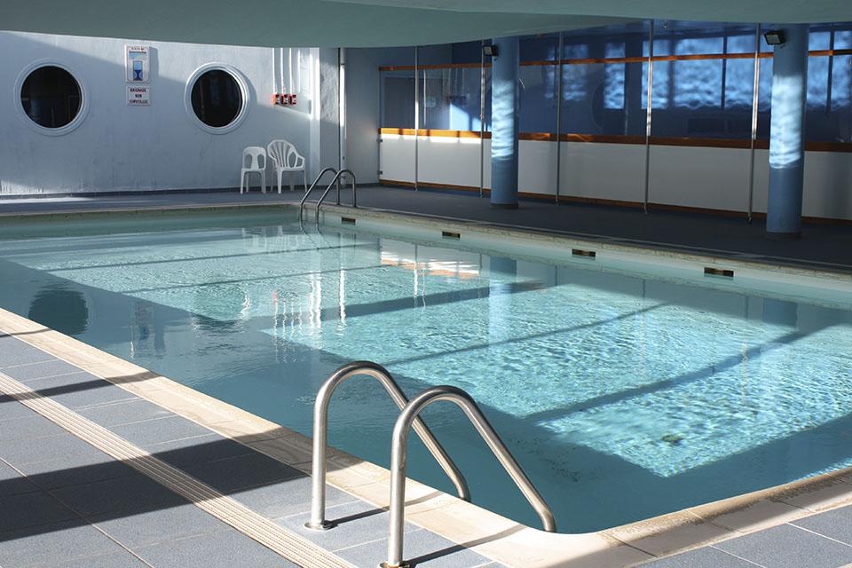 village-vacances-lou-riouclar-personnes-piscine