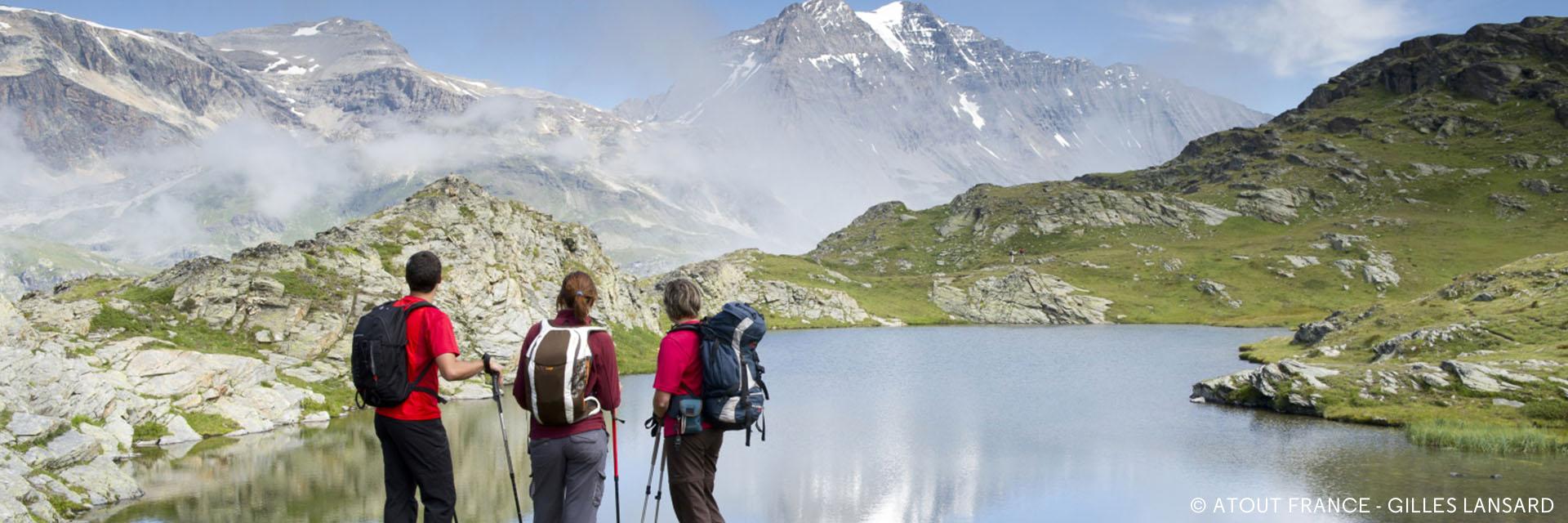 Randonnez en groupe à la montagne