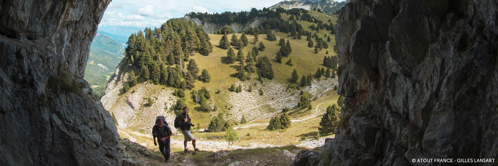 Randonner en groupe dans les Alpes du Nord