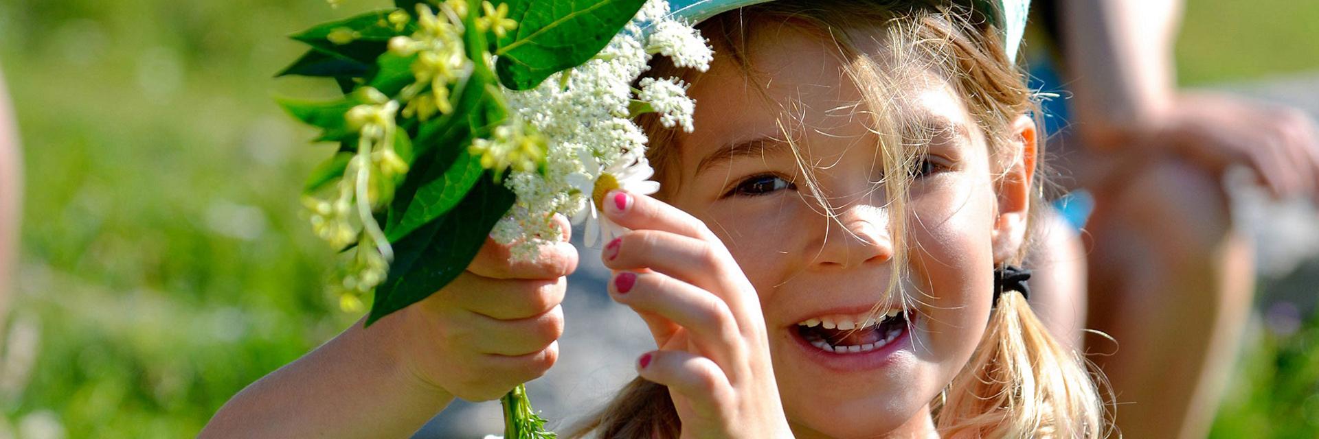 village-vacances-auberge-nordique-enfants-fleurs