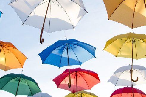 Parapluies dans le ciel